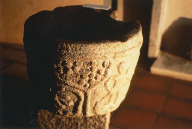 Fonts baptismaux, pierre, motif en relief : arbre, scène représentant Adam et Eve ?