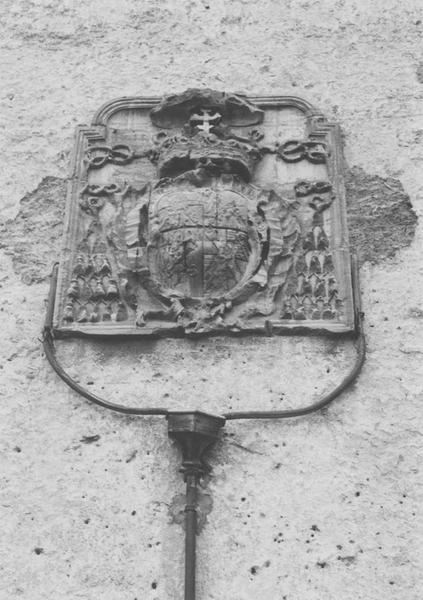 Sculpture : écusson du cardinal de La Rochefoucauld, supérieur général des Bénédictins