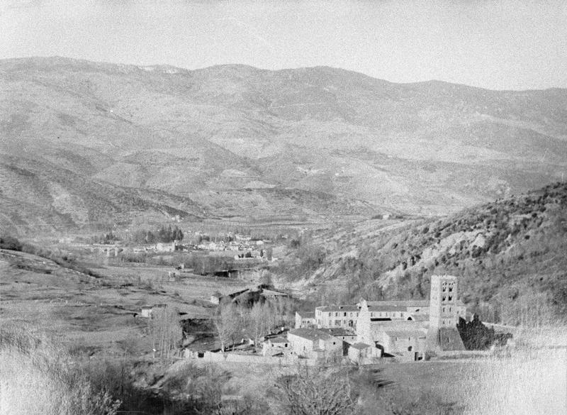 Ensemble sud-ouest vu des hauteurs et vallée de Prades en arrière-plan
