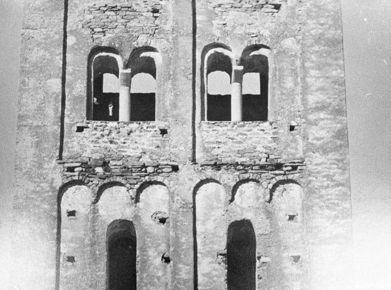 Deuxième et troisième étages du clocher percé de baies géminées, côté sud