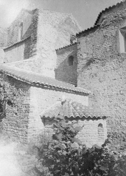 Eglise abbatiale : absidiole sud du choeur et vue partielle de la chapelle à coupole, côté sud-est
