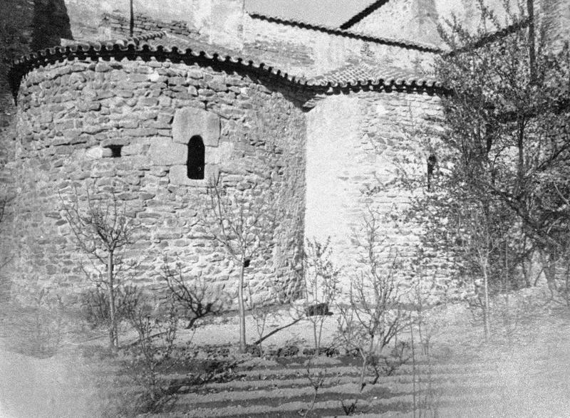 Eglise abbatiale : deux absidioles du transept sud, côté est