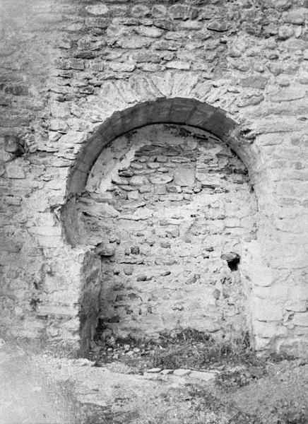 Eglise abbatiale : bas-côté sud, porte murée à arc outrepassé