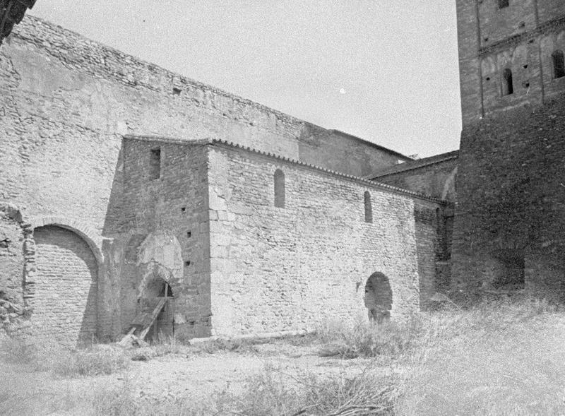 Eglise abbatiale : bas-côté sud et base du clocher, côté sud-ouest