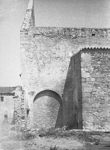 Eglise abbatiale : porte murée à l'ouest de la nef et vue partielle du bas-côté, côté sud