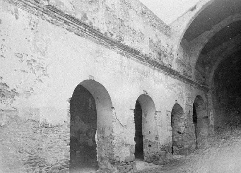 Eglise abbatiale, intérieur : arcades ouvrant sur le bas-côté nord depuis la nef (avant restauration)