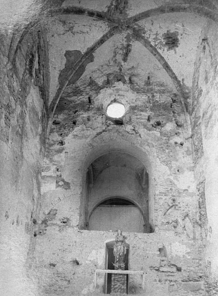 Eglise abbatiale, intérieur : choeur avec statue derrière l'autel (avant restauration)