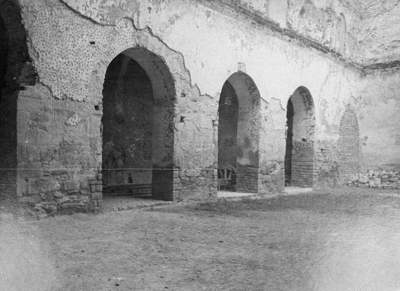 Eglise abbatiale, intérieur : arcades ouvrant sur le bas-côté sud depuis la nef (avant restauration)