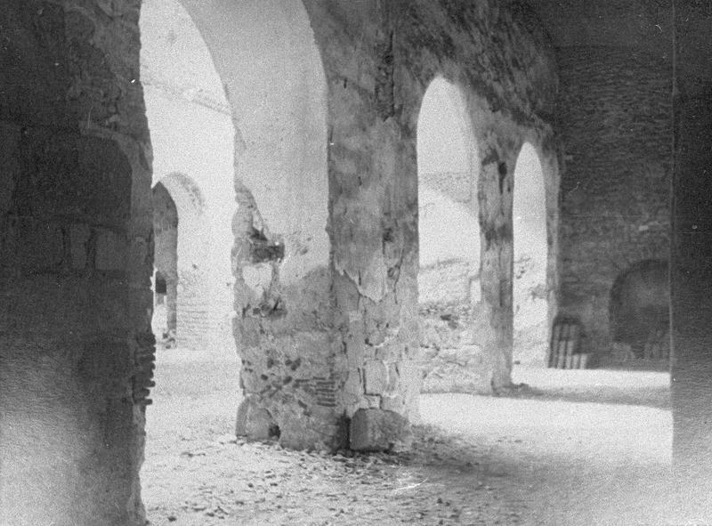 Eglise abbatiale, intérieur : arcades ouvrant sur la nef depuis le bas-côté nord (avant restauration)