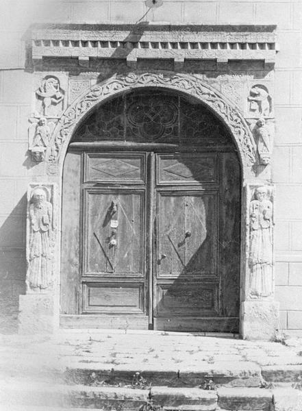 Maison abbatiale : portail sculpté (tympan transféré dans la galerie du cloître)
