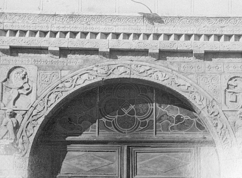 Maison abbatiale : portail sculpté, détail du tympan (tympan transféré dans la galerie du cloître)