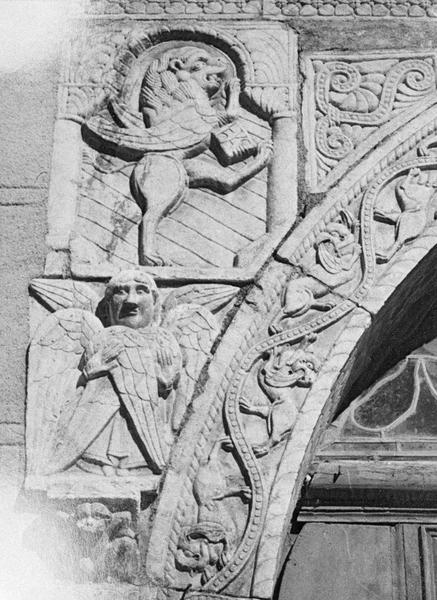 Maison abbatiale : portail sculpté, détail de l'écoinçon gauche orné d'un lion ailé symbolisant saint Marc et d'un séraphin (tympan transféré dans la galerie du cloître)