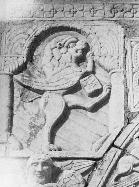 Maison abbatiale : portail sculpté, détail de l'écoinçon gauche orné d'un lion ailé symbolisant saint Marc (tympan transféré dans la galerie du cloître)