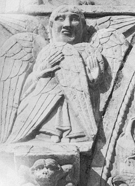 Maison abbatiale : portail sculpté, détail de l'écoinçon gauche orné d'un séraphin (tympan transféré dans la galerie du cloître)