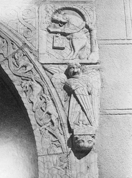 Maison abbatiale : portail sculpté, détail de l'écoinçon droit orné d'un taureau symbolisant saint Luc et d'un séraphin (tympan transféré dans la galerie du cloître)