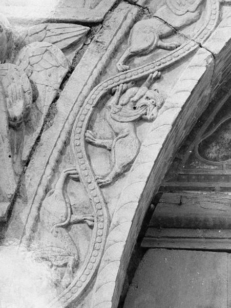 Maison abbatiale : portail sculpté, détail du claveau gauche orné de griffons (tympan transféré dans la galerie du cloître)