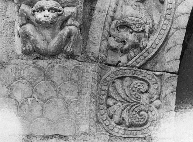 Maison abbatiale : portail sculpté, détail d'une palmette et d'une console ornée d'un singe à gauche (tympan transféré dans la galerie du cloître)