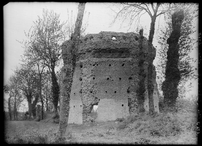 Temple de Mars ou Temple du Haut Bécherel, entre deux arbres