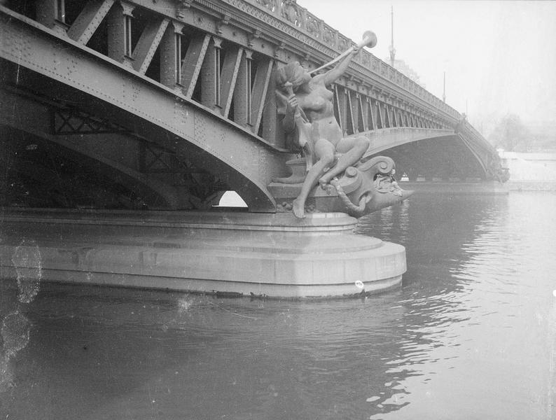 [La statue L'Abondance de Jean-Antoine Injalbert au pont Mirabeau]