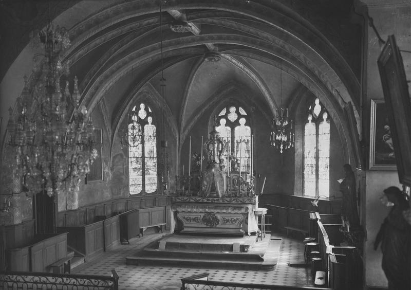 vue du choeur et du maître autel avec tabernacle, exposition, lustre et gradins
