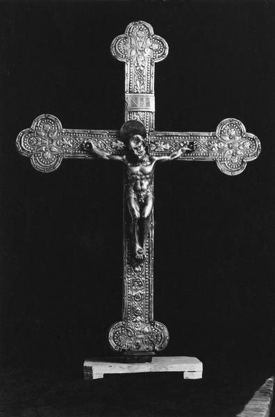 croix de procession : Christ en croix, vue de face