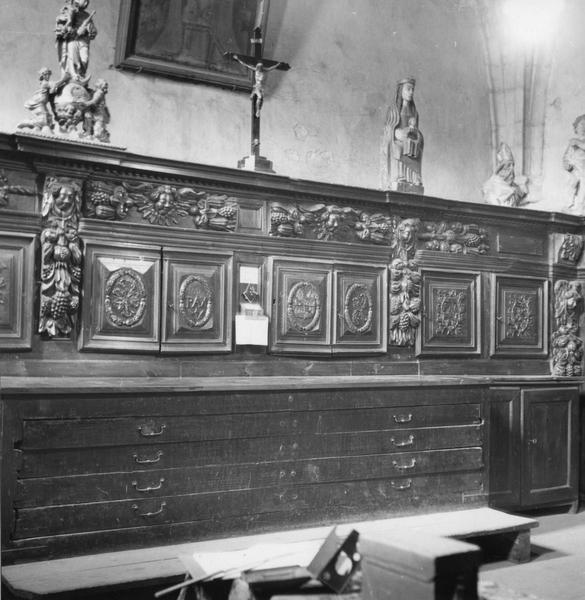 lambris de revêtement de la sacristie et chasublier (en partie haute, Vierge à l'enfant, crucifix, buste d'évêque, groupe sculpté d'un saint non identifié)