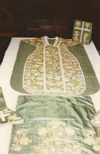 Ensemble d'ornements liturgiques (chasuble, étole, manipule, bourse, voile du calice).