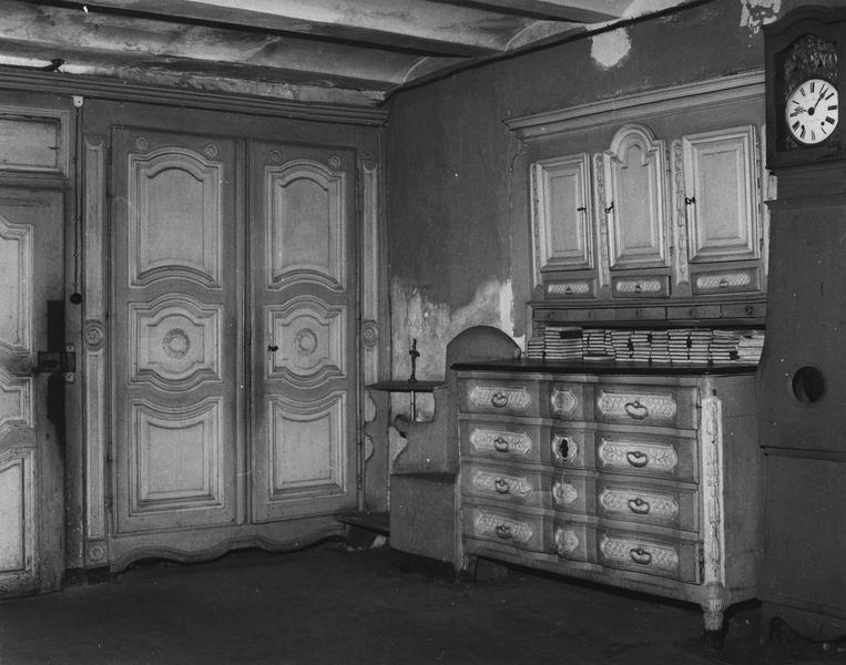 mobilier de la sacristie : porte, deux armoires, commode, placard, banc