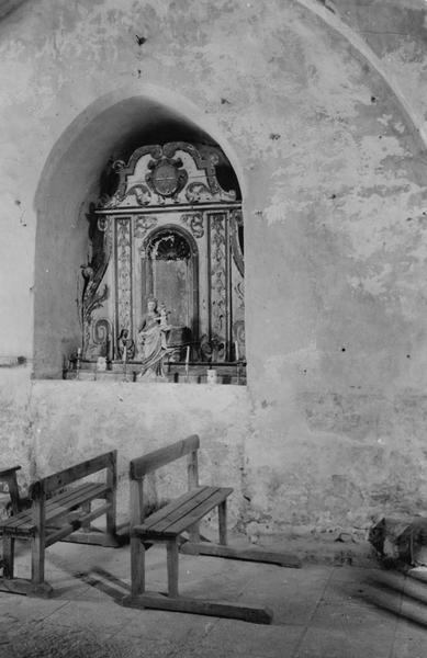 statuette : Vierge à l'Enfant devant une petite niche architecturée
