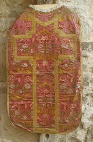 Ensemble d'ornements liturgiques (chasuble, voile du calice, étole, manipule).