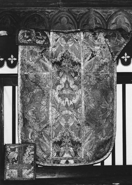 Ensemble d'ornements liturgiques (chasuble, étole, manipule, voile du calice, bourse).