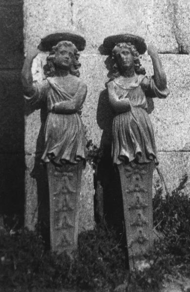 deux statues  atlantes (supposé)