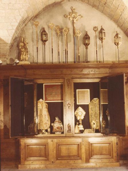 armoire de sacristie, chasublier, portes ouvertes