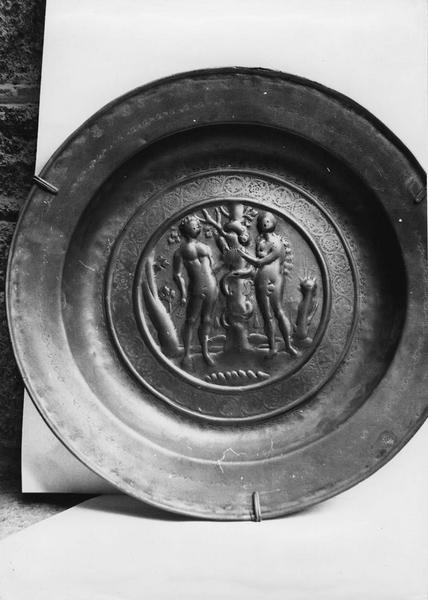 plat de quête : Adam et Eve et l'arbre de la tentation