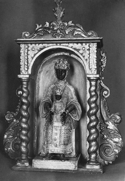 Statuette : Vierge noire en majesté placée dans une niche sculptée