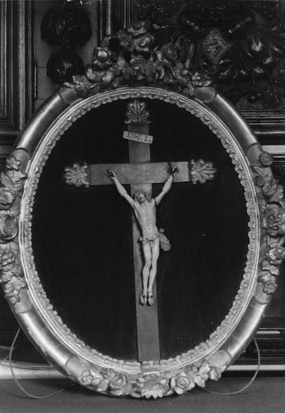 statuette : Christ en croix dans son cadre