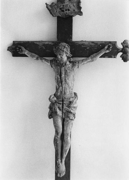 croix de procession avec une statue représentant le Christ en croix