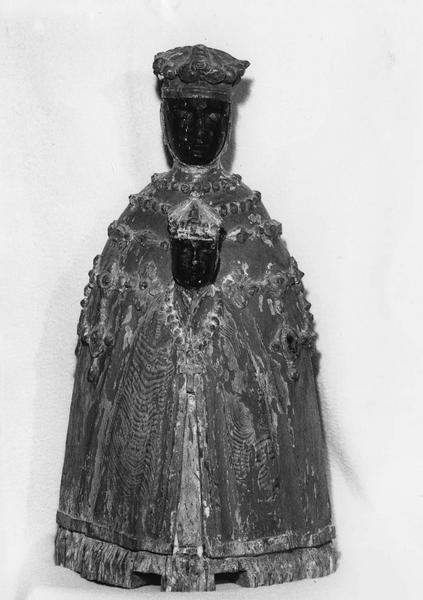 groupe sculpté : Vierge noire au manteau, vue de face