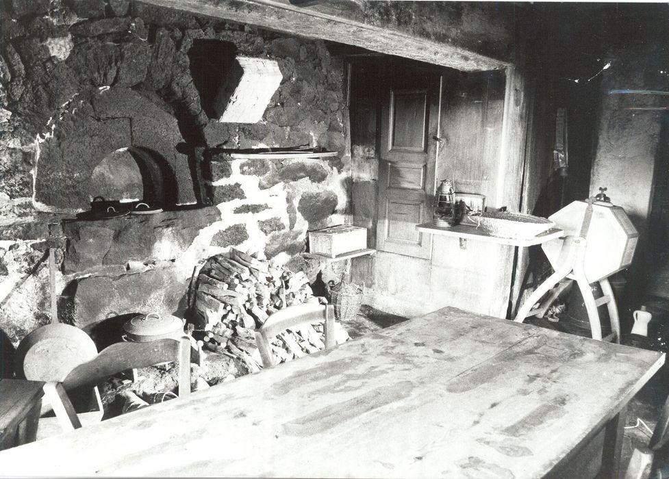 porte conduisant à l'étage, lambris (panneau mural) de la cuisine