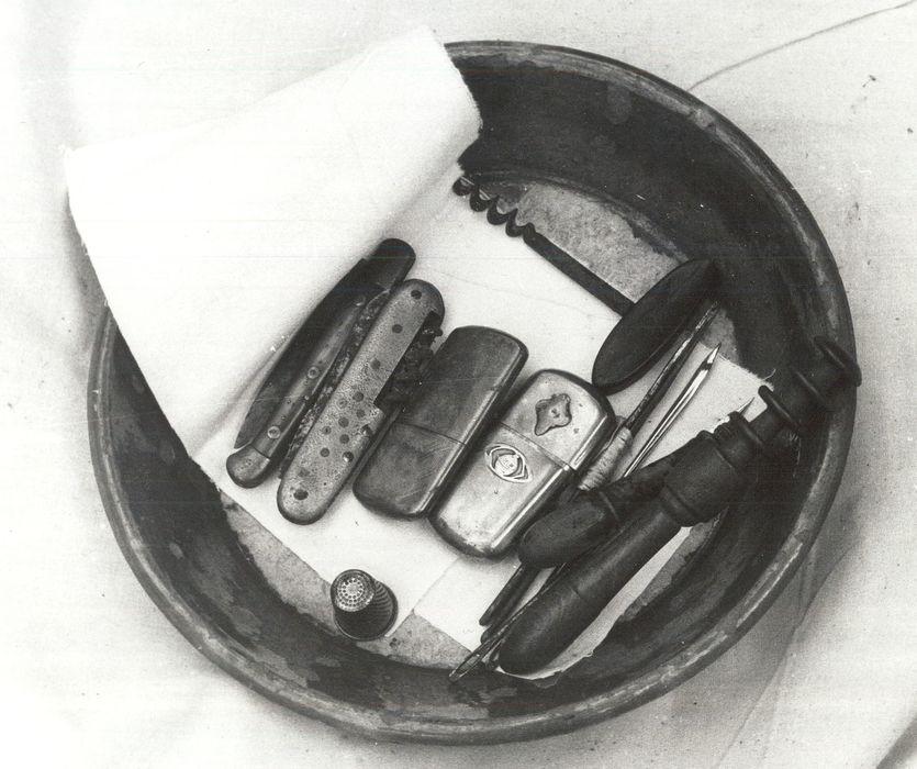 photographie d'ensemble: opinel, tire-bouchon, canif, dé à coudre…