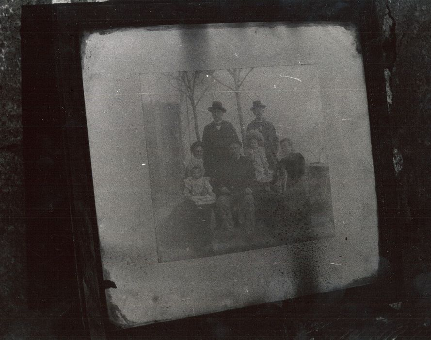photographie avec cadre : Photographie de la famille Perrel (?)