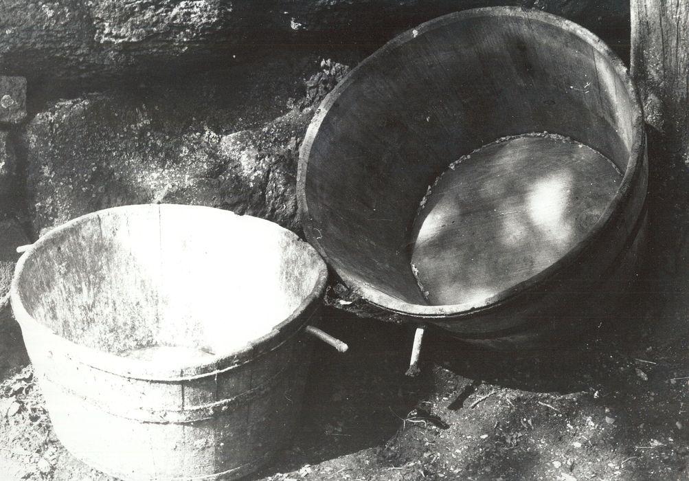 deux auges-abreuvoirs (baquets)