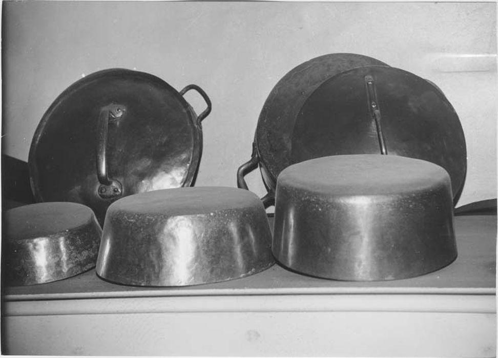 Neuf casseroles