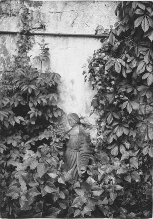 Statue : Vierge ou Sainte Marie-Madeleine ?