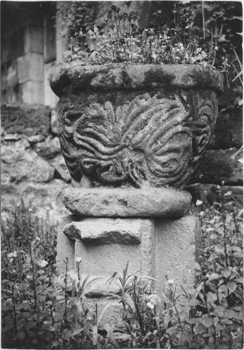 Ancien chapiteau roman remployé comme bénitier