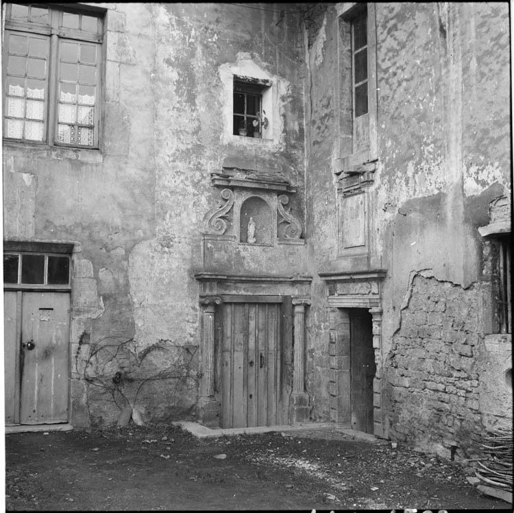 Portes donnant sur une cour; linteaux sculptés