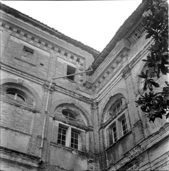 Angle des façades, fenêtres de la partie supérieure