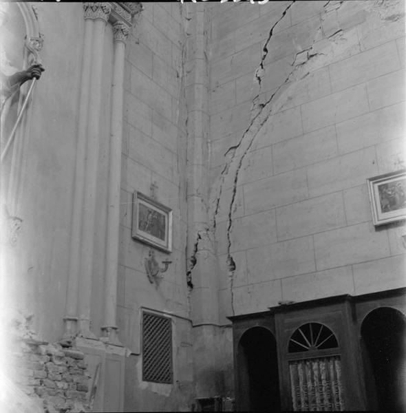 Intérieur, mur fissuré