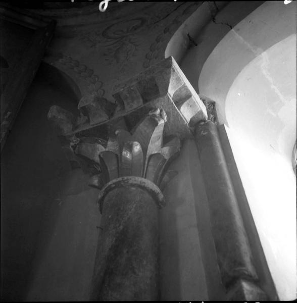 Intérieur : colonne et chapiteau