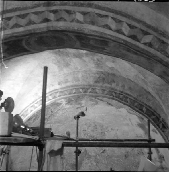 Intérieur : arcs ornés de peinture murale ; échafaudages